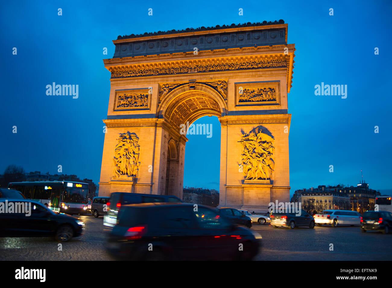 Abend-Verkehr auf Paris Straße in der Nähe von Triumph Arch Paris Stockbild