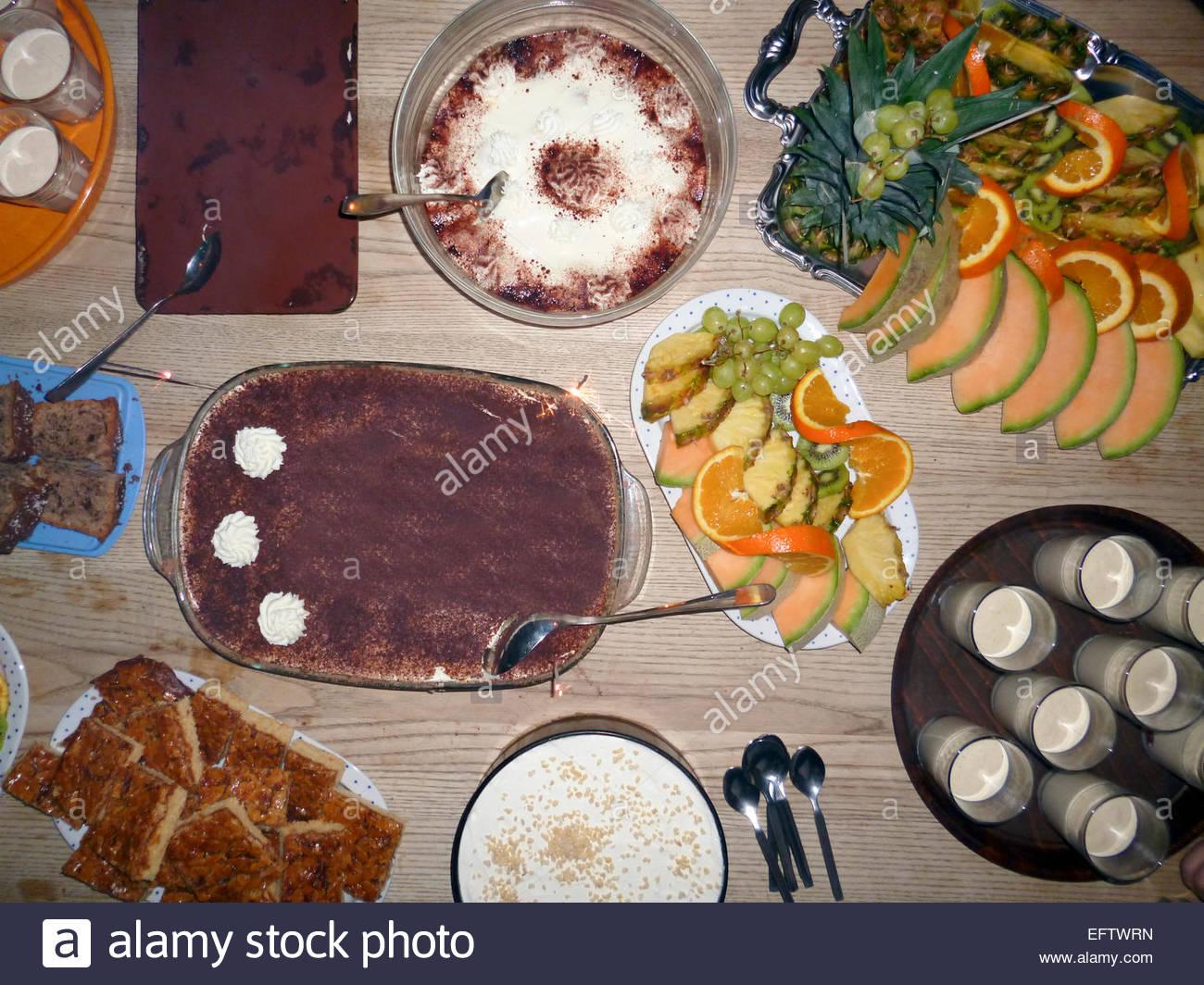 deutsche party essen hausgemachte gebackene kuchen und frisches obst auf dem tisch bayern. Black Bedroom Furniture Sets. Home Design Ideas