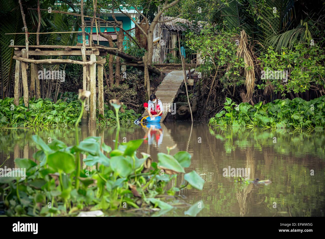 Frau Waschen Wäsche das Mekong-Delta, Can Tho, Vietnam Stockbild