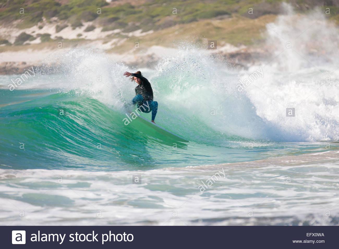 Surfer reiten große Welle Stockbild