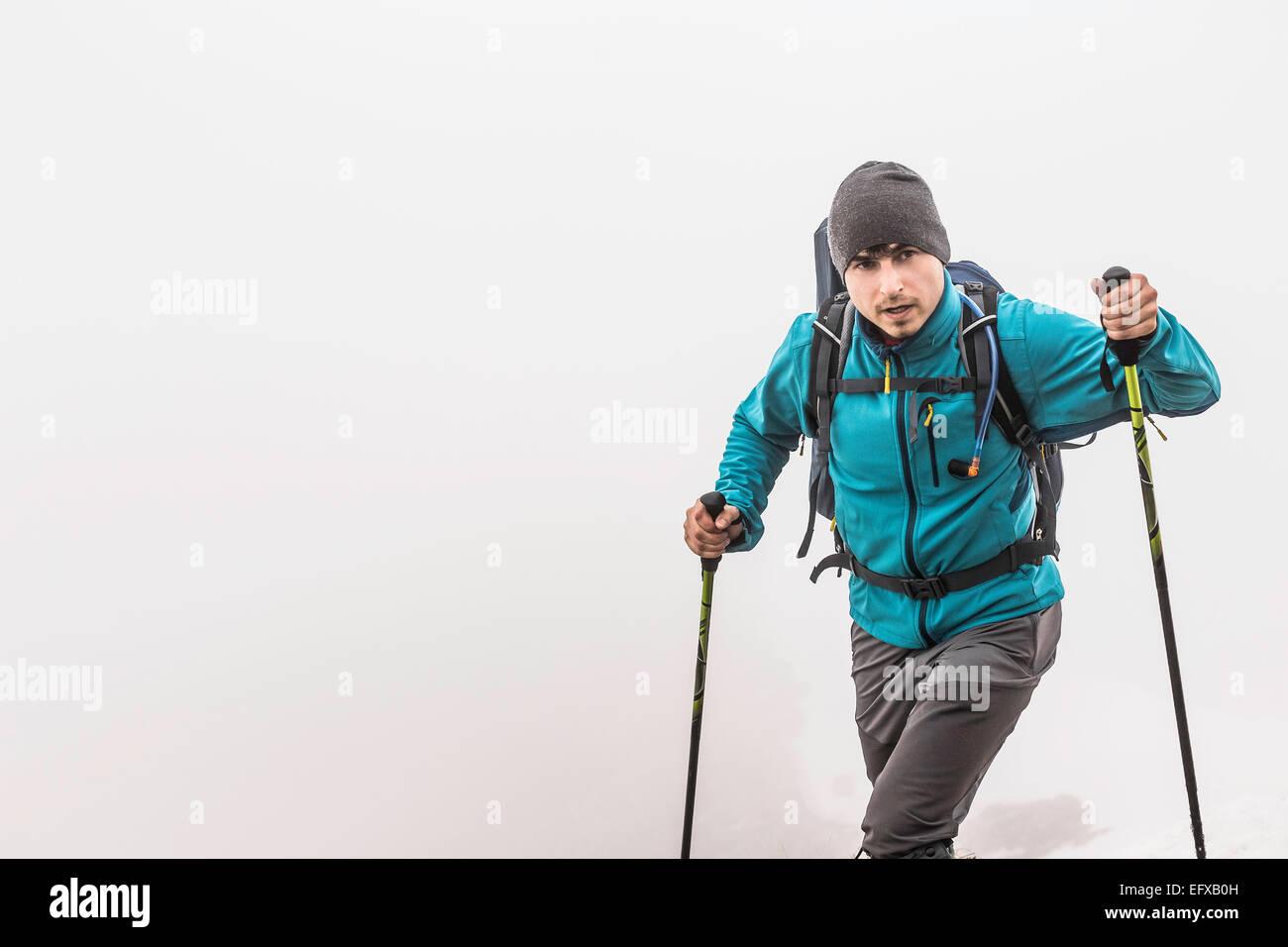 Junger Mann, Mountainbike, Wandern im Nebel, Allgäu, Oberstdorf, Bayern, Deutschland Stockbild
