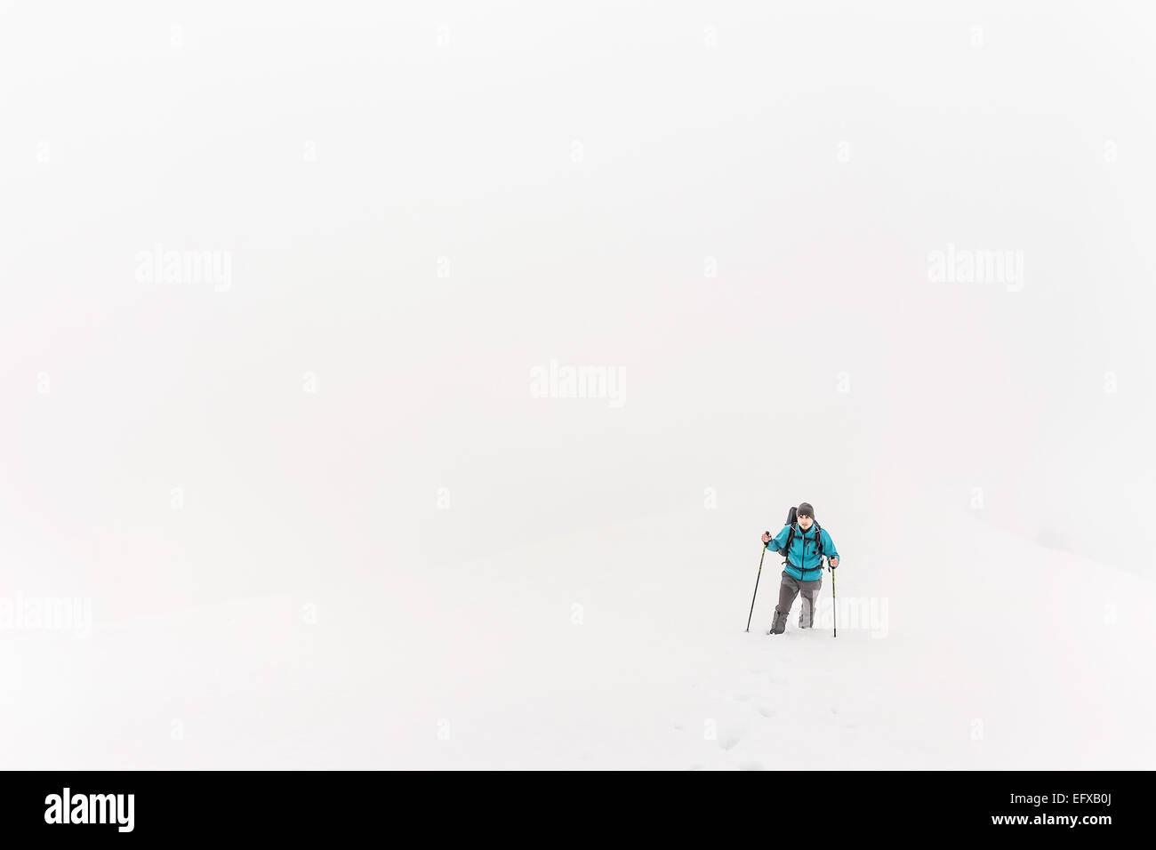 Blick auf den jungen Mann Mountain trekking im Nebel, Allgäu, Oberstdorf, Bayern, Deutschland Stockbild