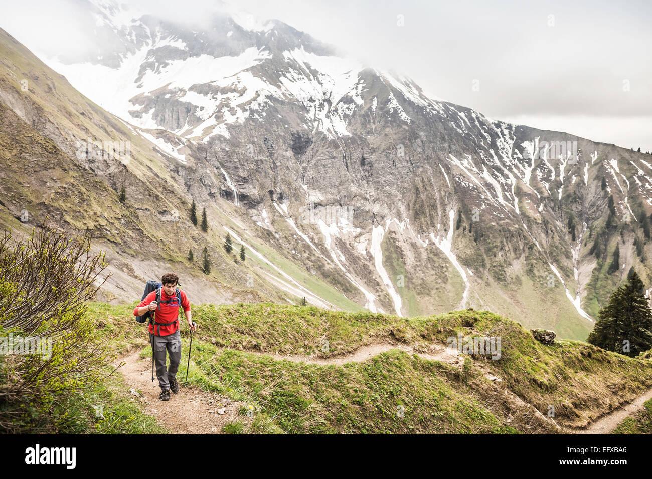 Junger Mann, Mountainbike, Wandern, Oberstdorf, Bayern, Deutschland Stockbild