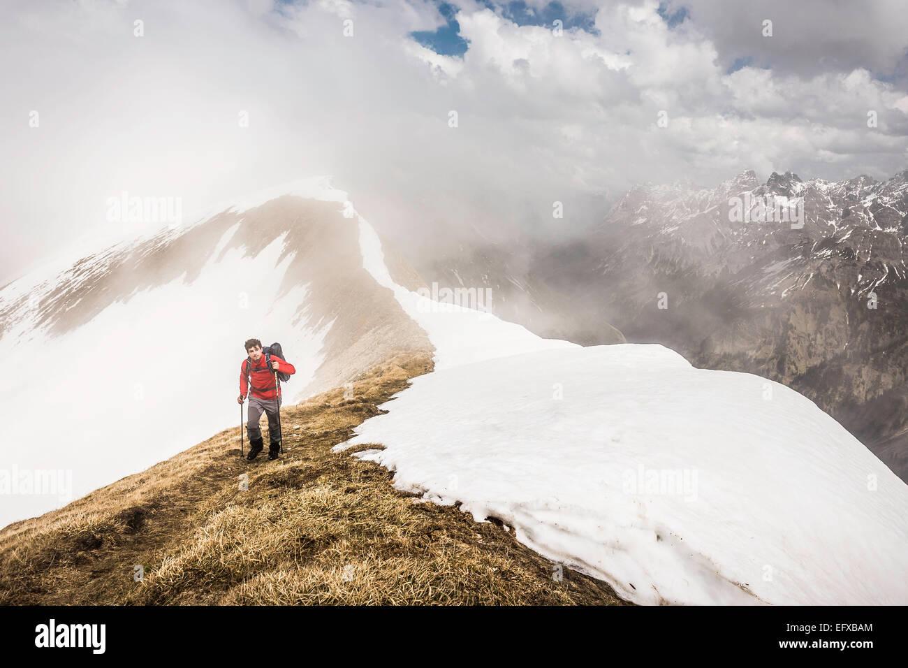 Junger Mann Bergwandern in den Bayerischen Alpen, Oberstdorf, Bayern, Deutschland Stockbild
