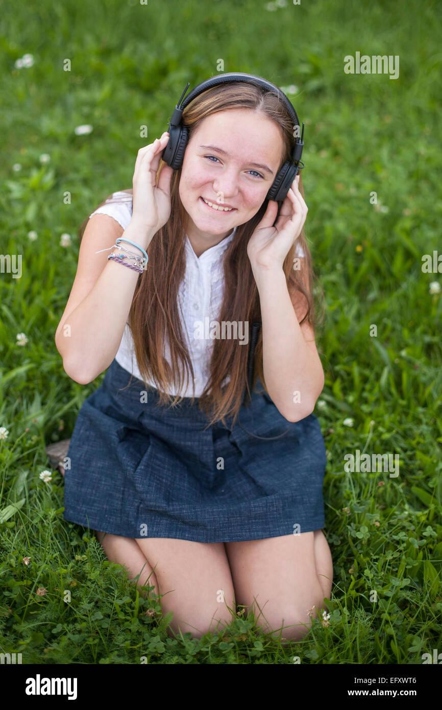 Cute Teenies Madchen Kopfhorer Geniest Die Musik Auf Dem Grunen Rasen Im Park
