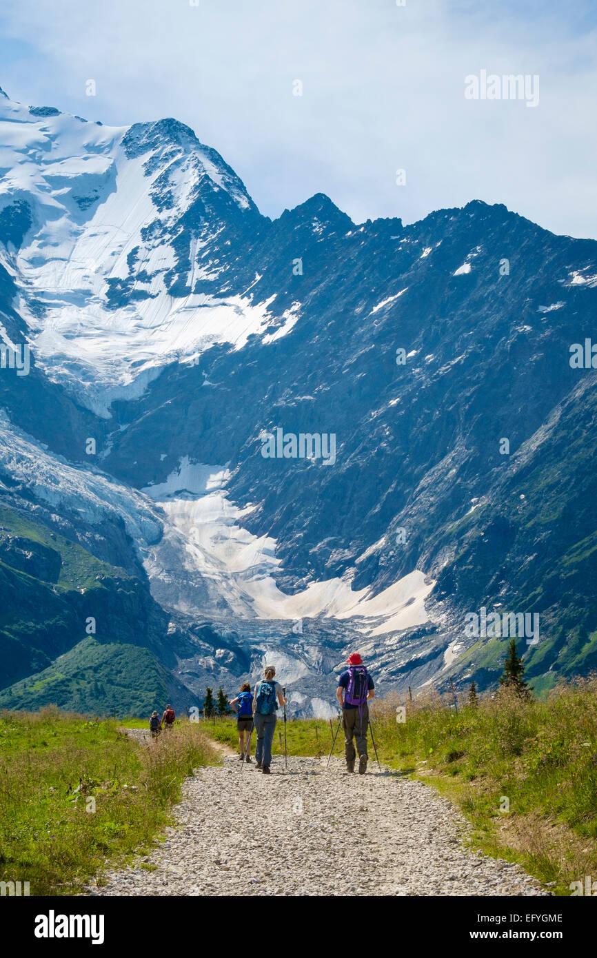 Französische Alpen Wanderer Wandern Wandern Unter Den Mont Blanc Und Den Glacier De Bionnassay Frankreich Europa Im Sommer Stockfotografie Alamy