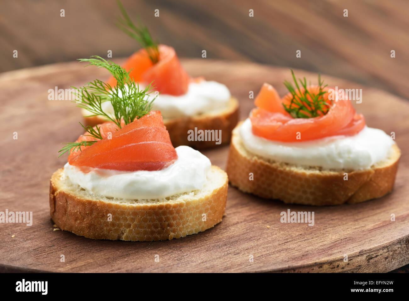 Sandwiches mit Lachs auf Holzbrett Stockbild