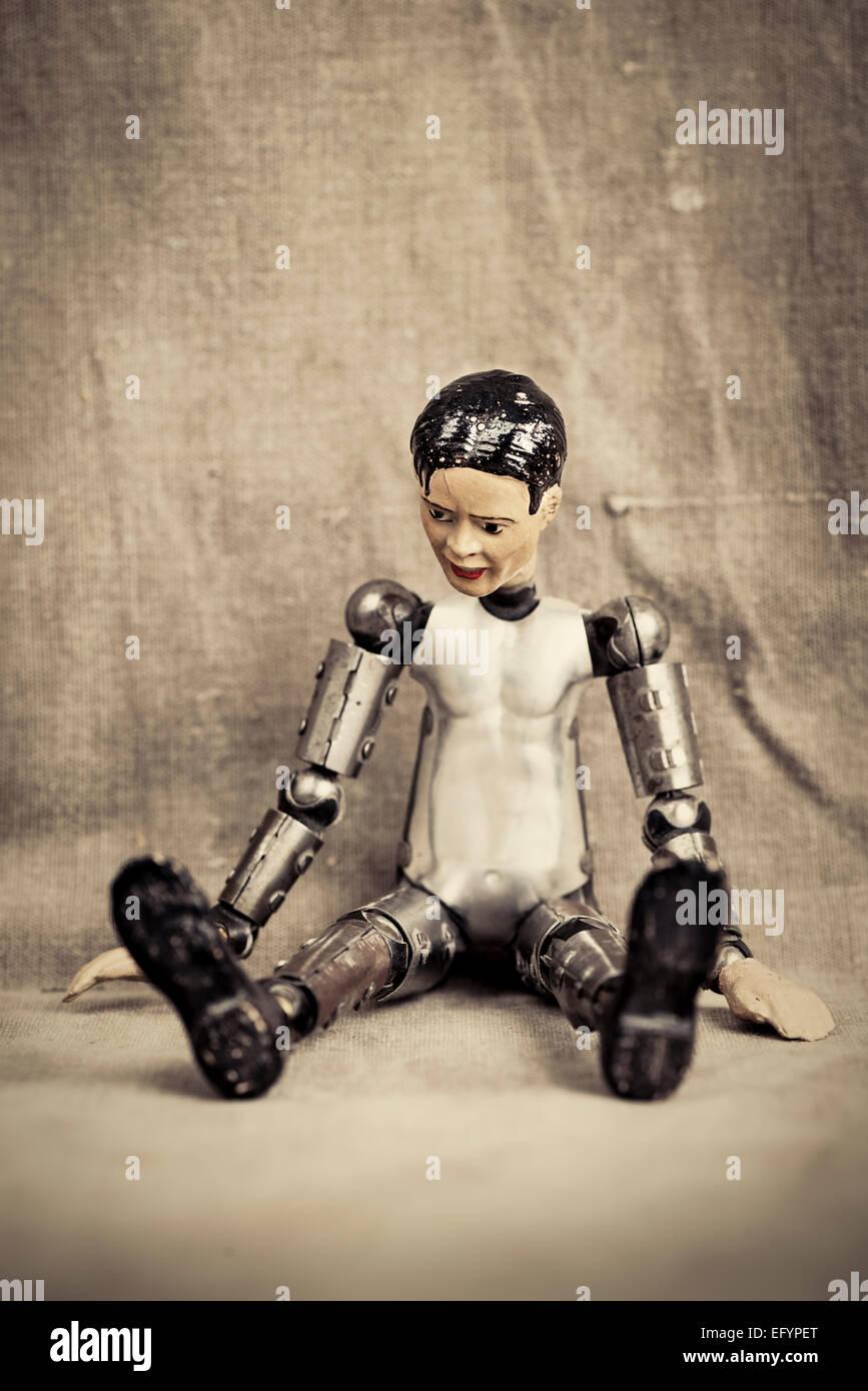 Nachdenklich und deprimiert männliche Puppe sitzen und blickte. Altmodische Retro-Design. Stockbild