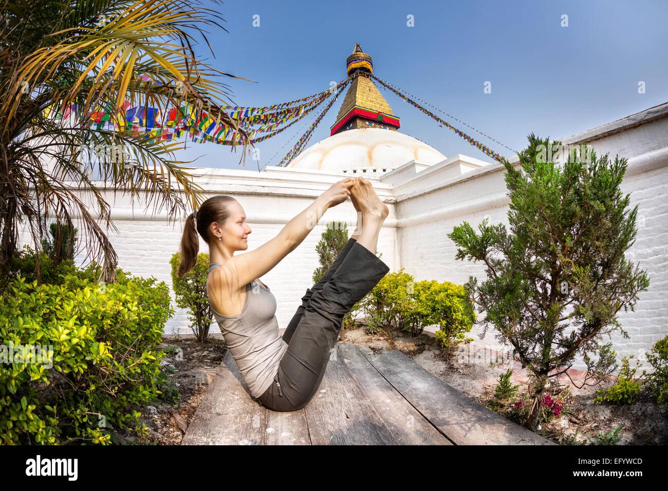 Frau beim Yoga in der Nähe von Bodnath Stupa in Kathmandu, Nepal Stockbild