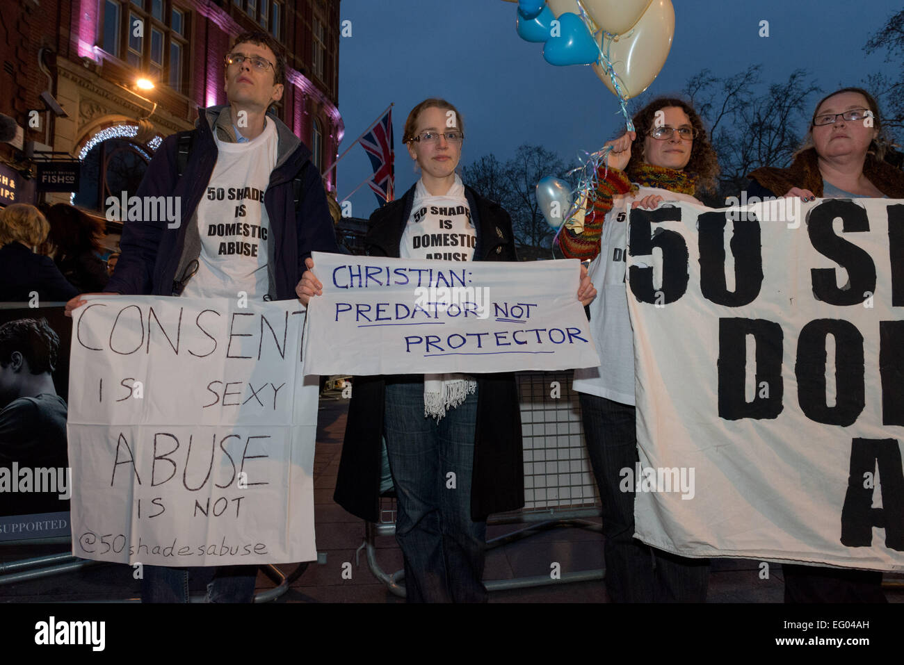 """Fifty Shades ist Missbrauch"" Protest bei Filmpremiere in London Odeon Kino Stockbild"