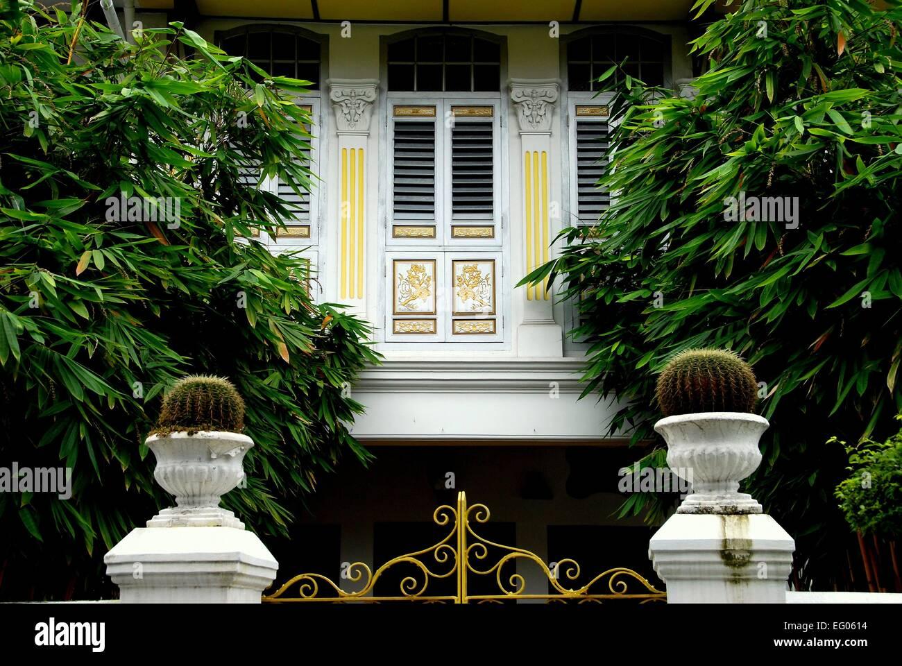 Singapur: Kakteen in weiße Urnen und großen Bambusbäume Rahmen den ...