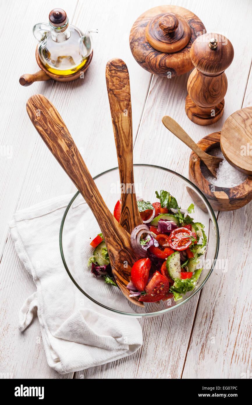 Salat aus frischem Gemüse und Oliven Holz Geschirr Stockfoto