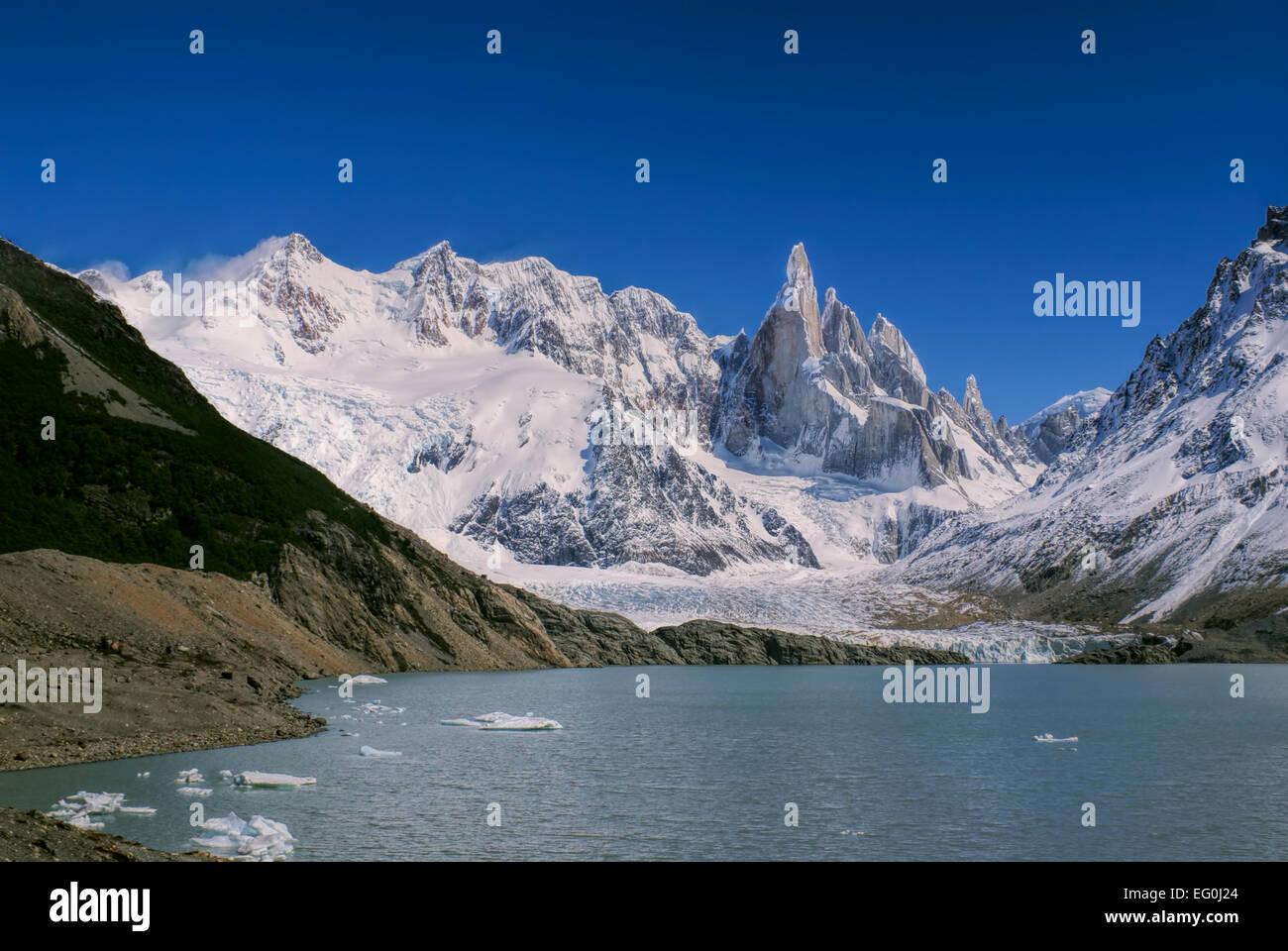 Panorama der schneebedeckten Berge in den See abfallenden Stockbild