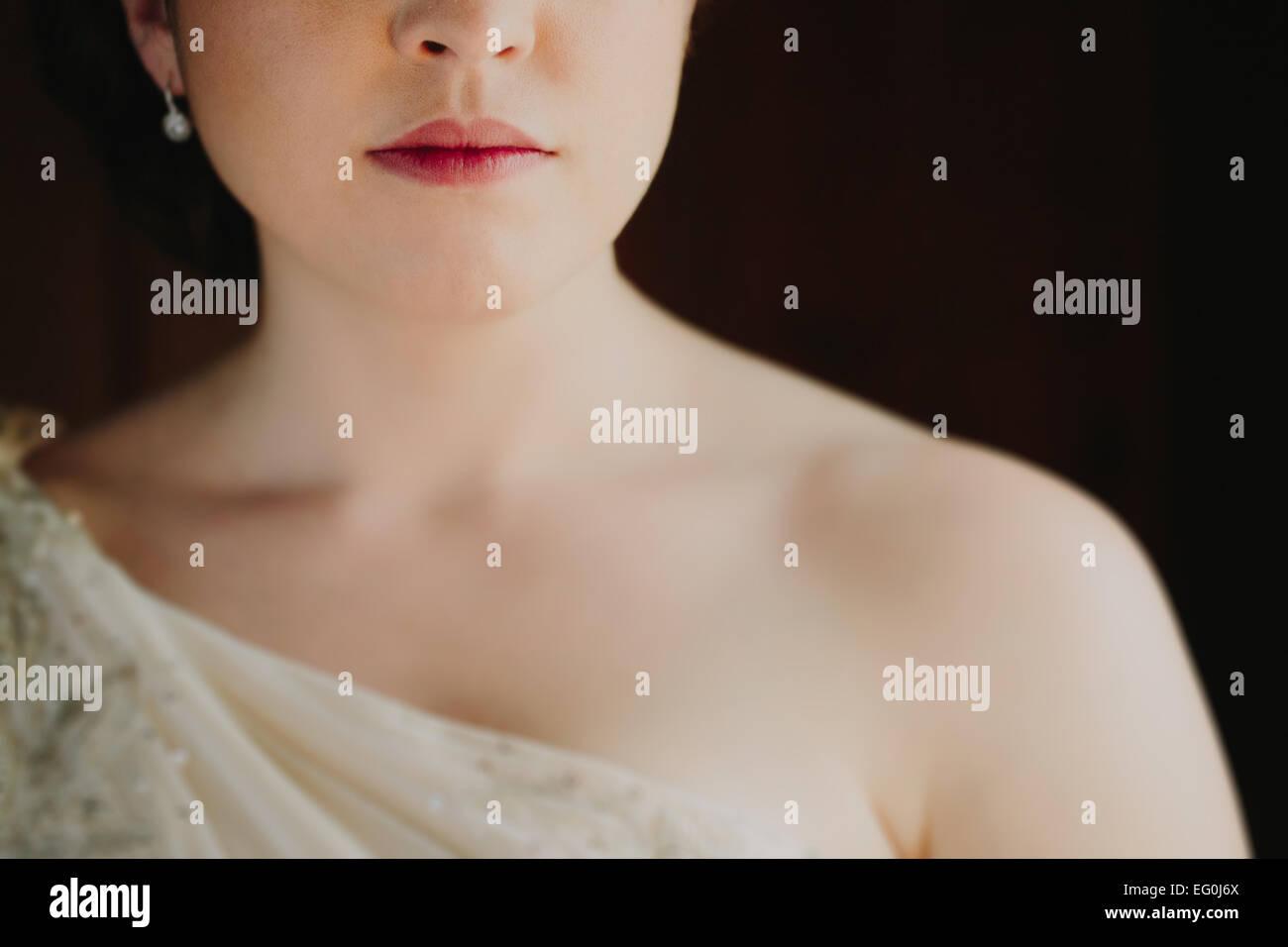 Nahaufnahme von Frau im Hochzeitskleid Stockbild