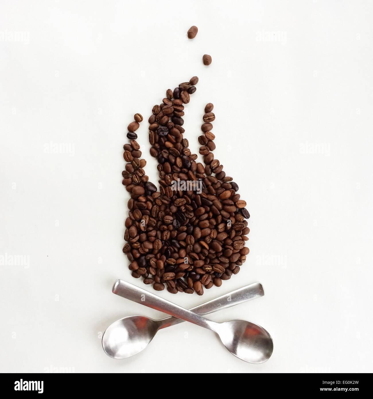 Konzeptionelle Lagerfeuer gemacht aus Kaffeebohnen und Löffel Stockbild