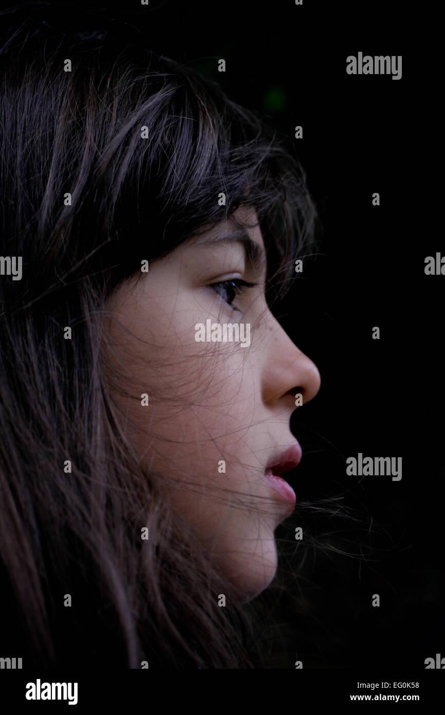 Profil von Mädchen (6-7) auf schwarzen Hintergrund Stockbild