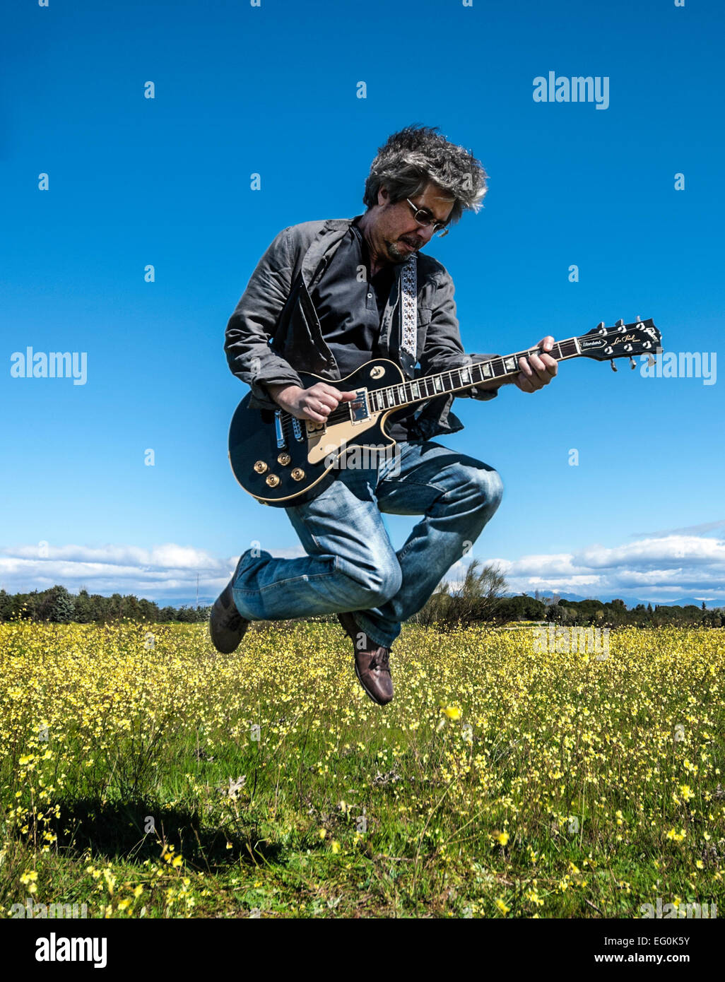 Mann in Lederjacke, Gitarre spielen Stockbild