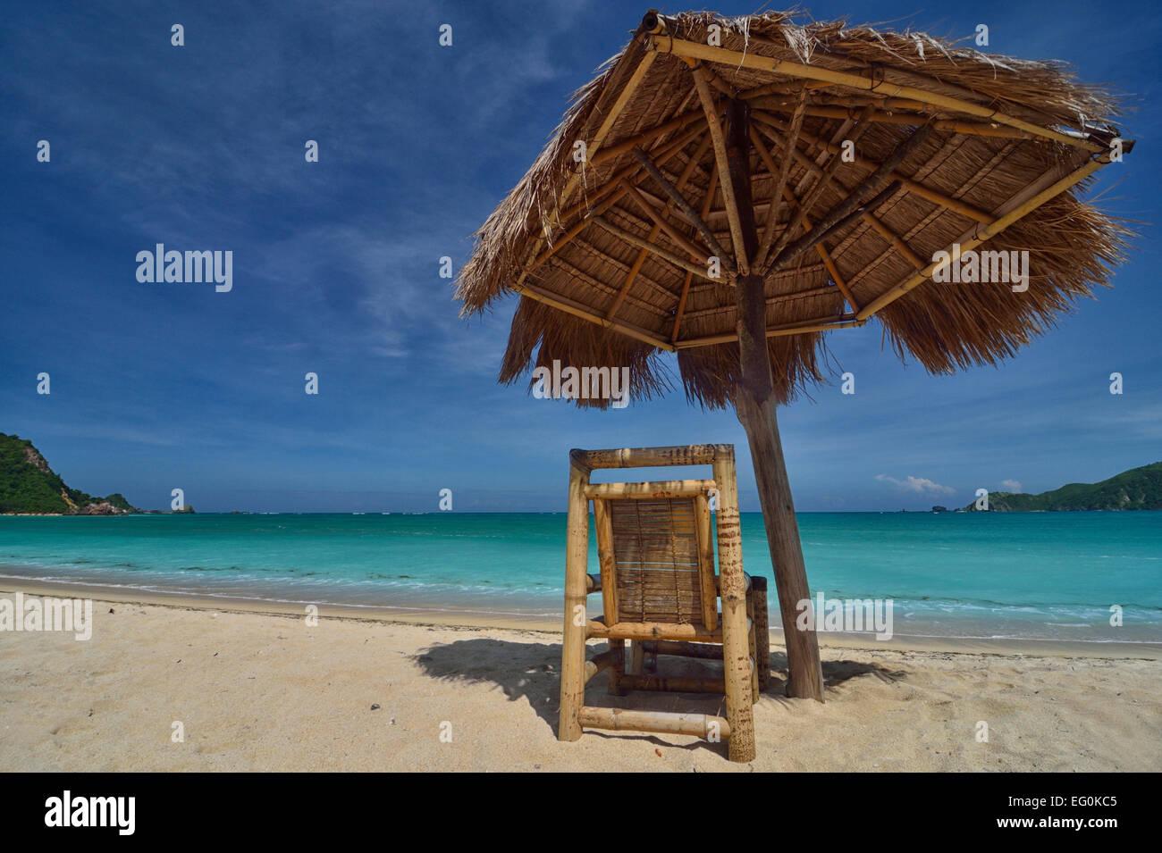 Liegestuhl mit sonnenschirm strand  Liegestuhl und Sonnenschirm, Strand von Kuta, Indonesien Stockfoto ...