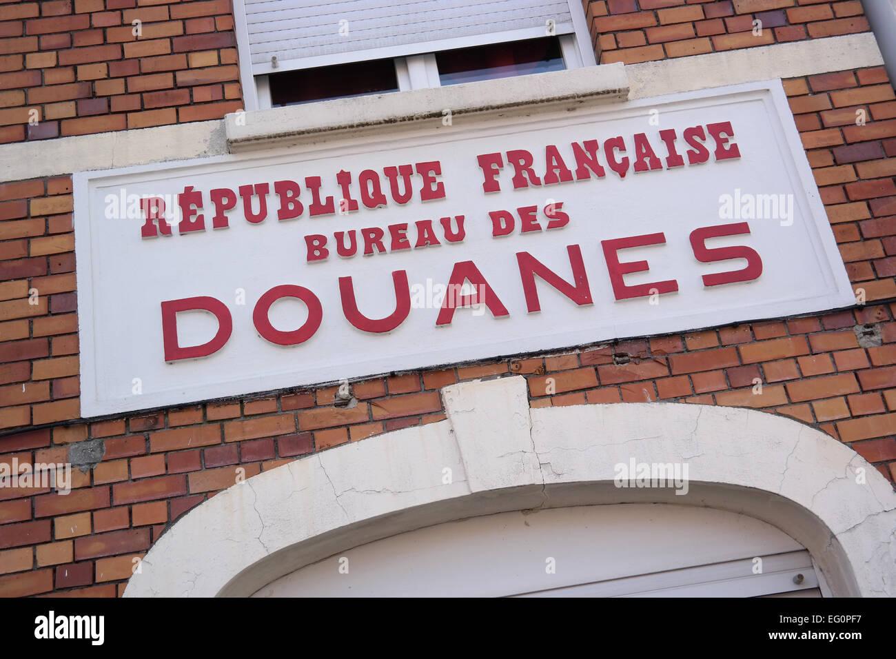 Douanes anmelden eine ehemalige zollgebäude an der grenze