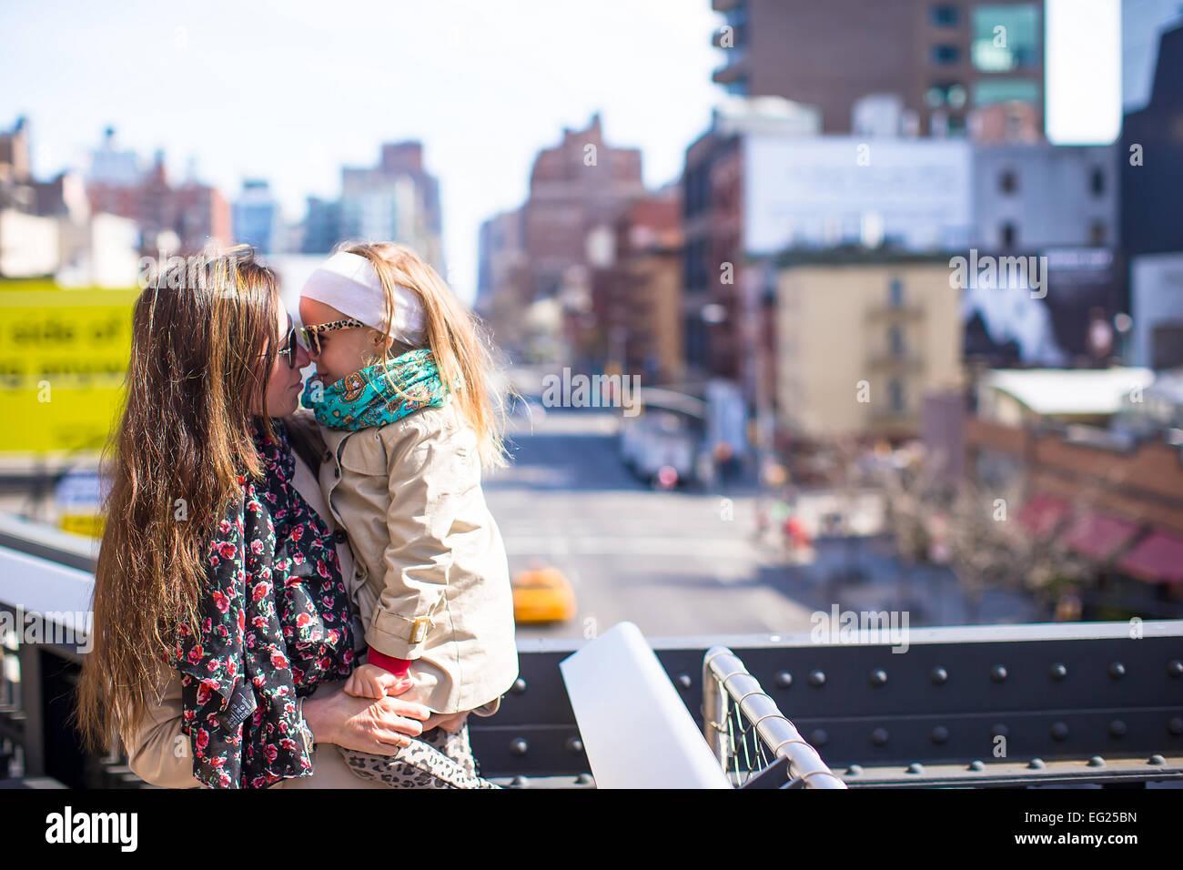 Entzückende kleine Mädchen und Mutter genießen Sonnentag am New Yorker High Line Stockbild