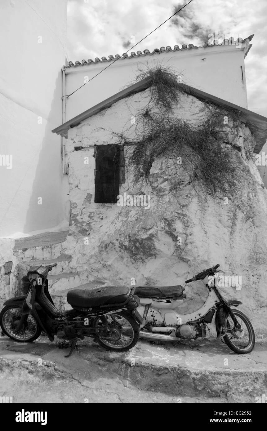 Schwarz Weiß Bild Einer Griechischen Dorf Szene Alte Mopeds
