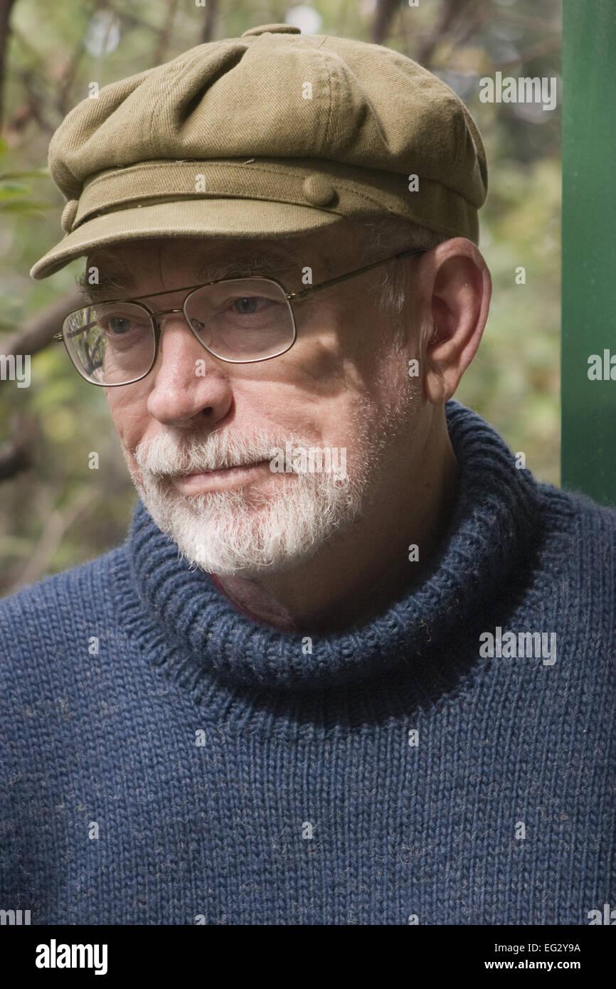Alter Mann mit Bart und Brille mit einem MaoArt Mtze Stockfoto