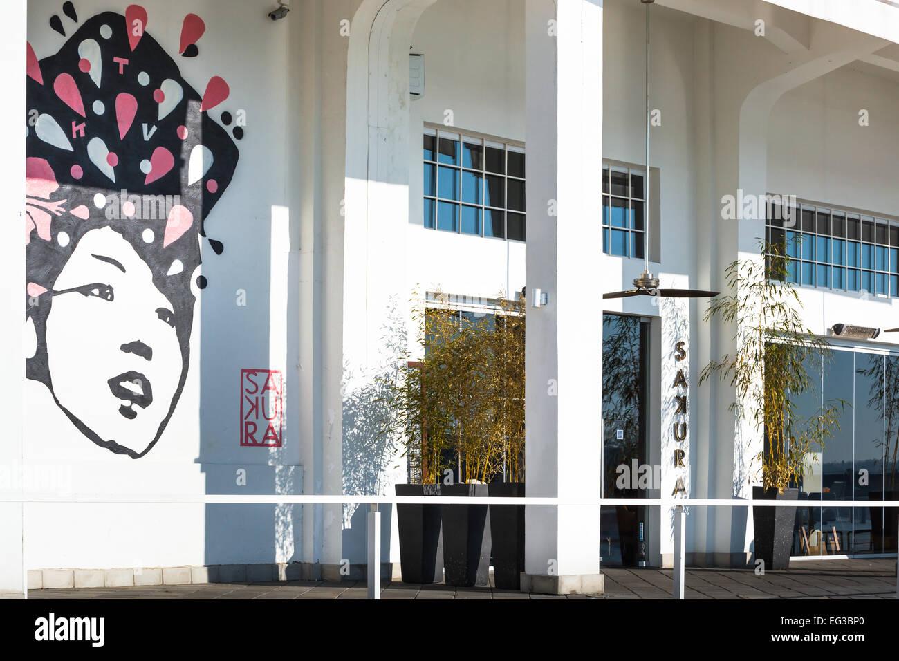 Bar und Restaurant im trendigen Viertel der Savamala in Serbien. im Hintergrund ist eine street-Art Malerei Stockbild