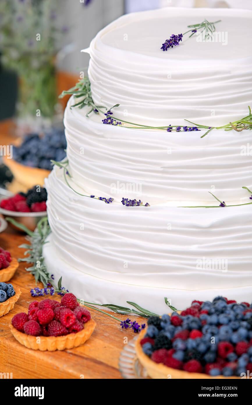 Hochzeitstorte Auf Holzernen Hintergrund Mit Heidelbeeren Himbeeren