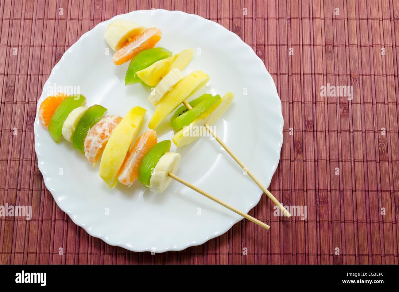 Kostliche Frucht Spiesse Auf Einem Weissen Teller Platziert Auf Einem