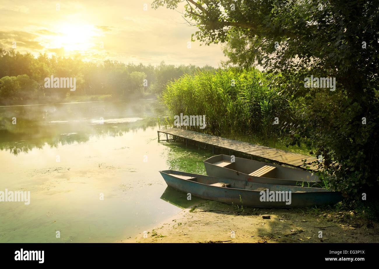 Boote in der Nähe von Pier am schönen Sommermorgen Stockbild