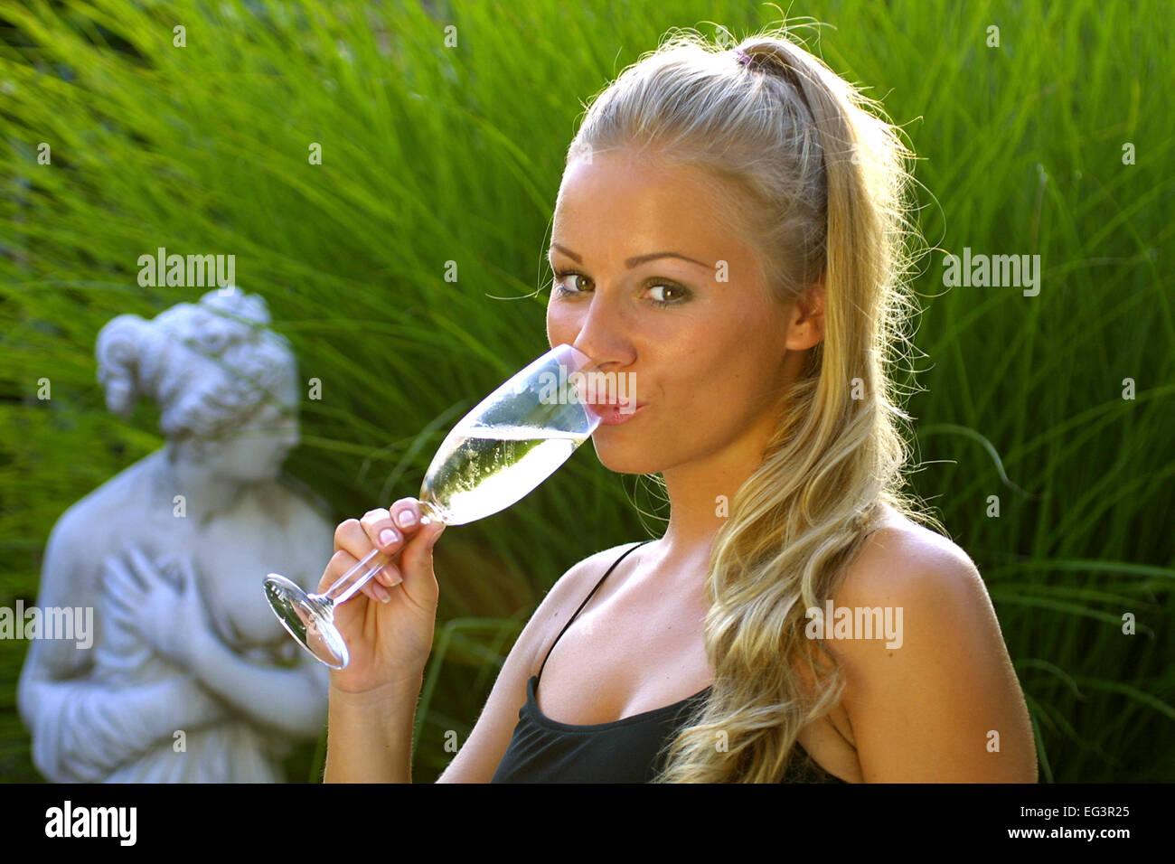 Frau im Partykleid entschied Ein Glas Champagner Sekt ...