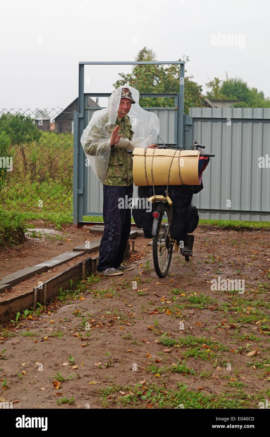 Der Radfahrer im Dorf. Stockfoto