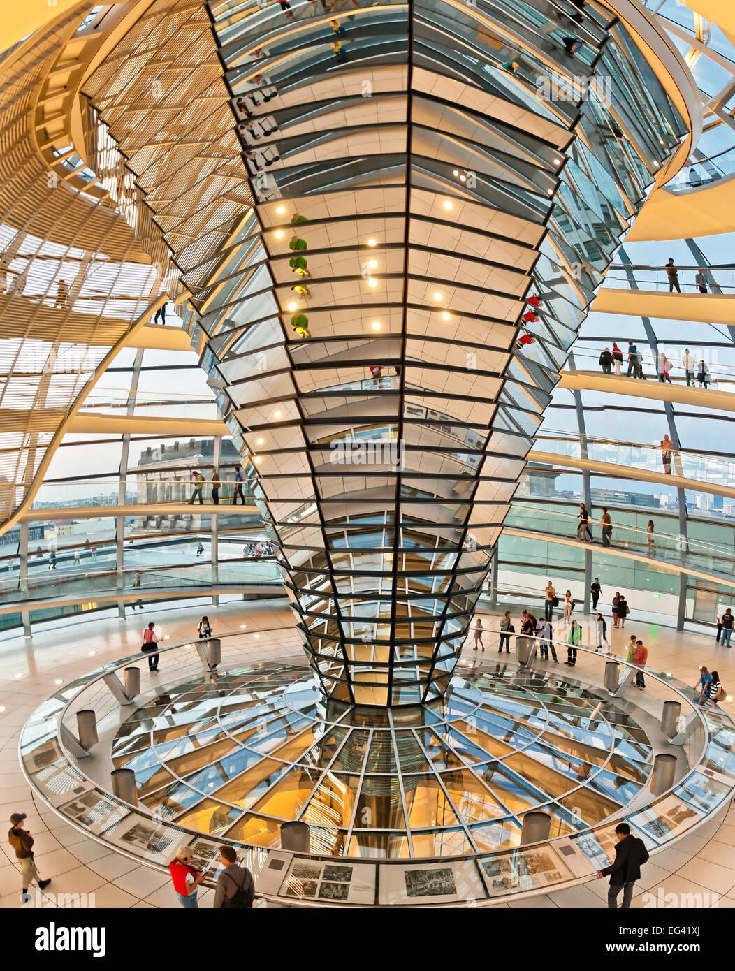 BERLIN, Deutschland - 8. Juni 2013: Menschen besuchen die Reichstagskuppel in Berlin, Deutschland. Es ist eine gläserne Stockbild