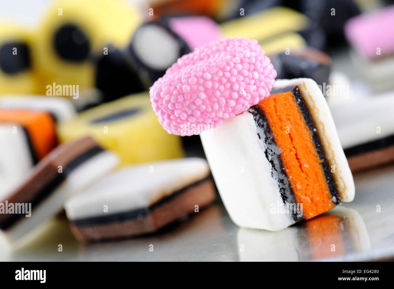 bunte Lakritz-Bonbons auf Tablett Stockbild