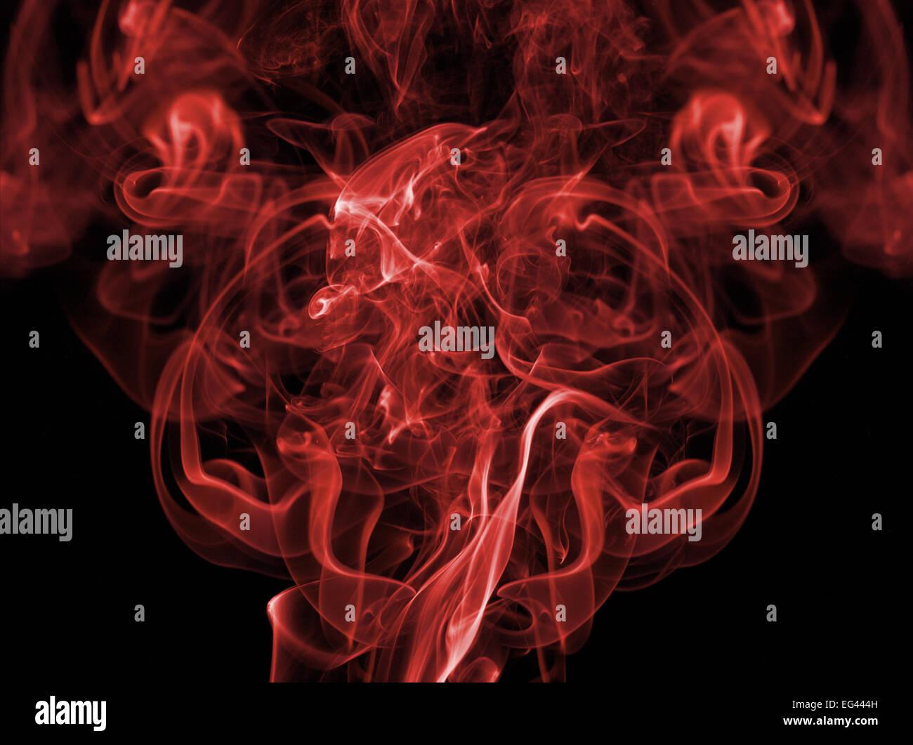 farbige rote Rauchfahne vor schwarzem Hintergrund erstellen Muster Strähnen fließt Partikel brennen smokey Stockbild