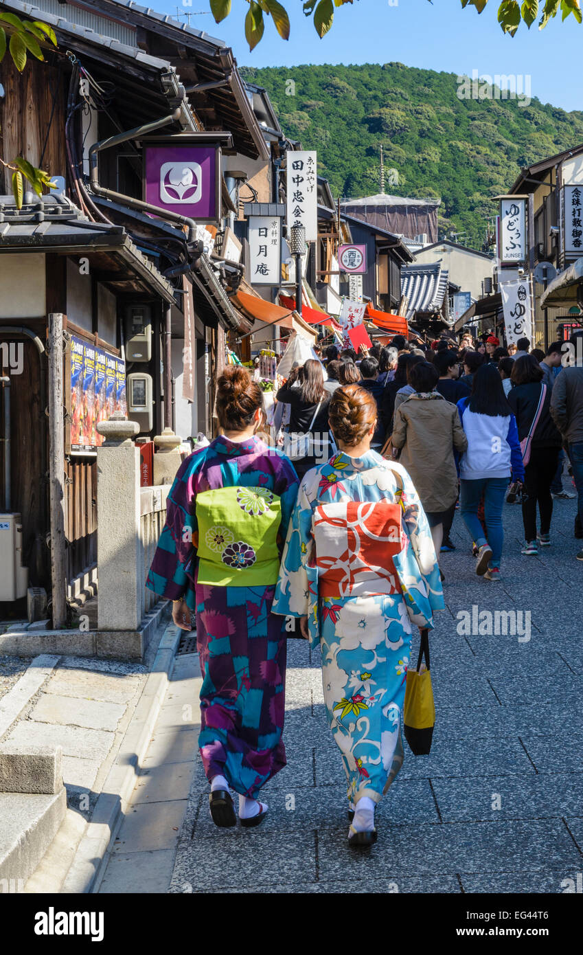 Traditionell gekleideten Japanerinnen in der historischen Higashiyama Bezirk von Kyoto, Japan Stockbild