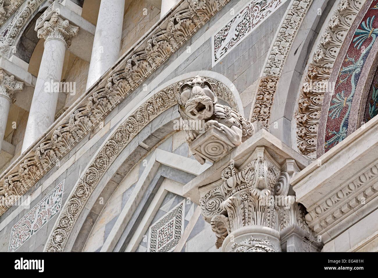 Architektonisches Detail auf den Dom in Pisa in Italien Stockbild