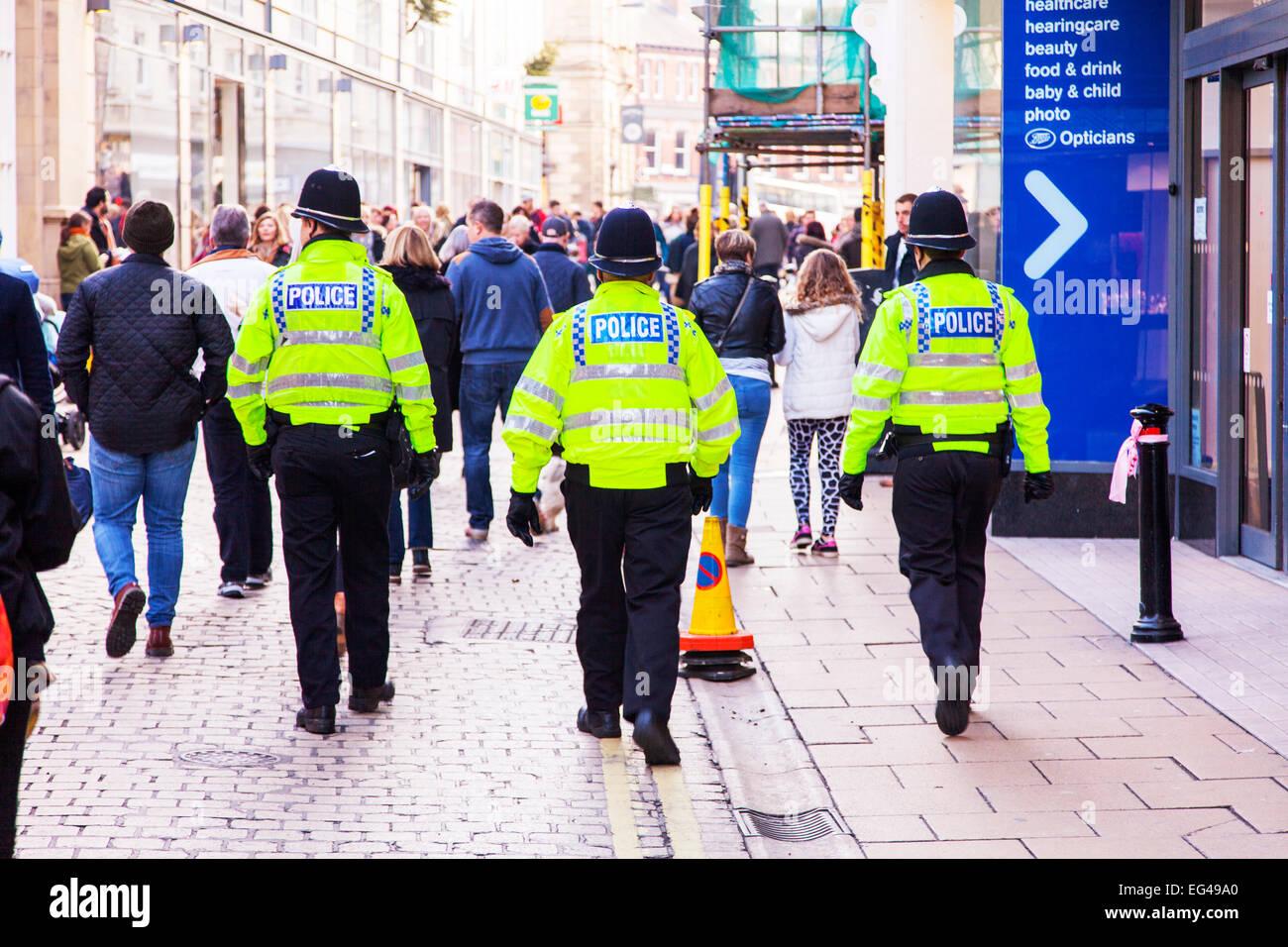 Polizei Präsenz drei Cops auf beat Patrol hinter patrouillieren Straße Straßen zu Fuß von York Stockbild