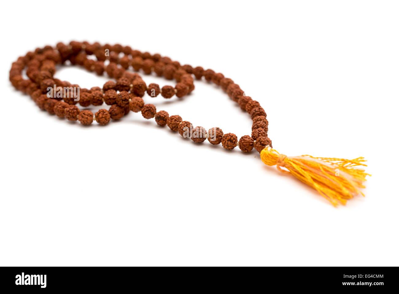 Japa Mala. Gebetskette aus den Samen des Baumes Rudraksha gemacht. Isoliert auf weißem Hintergrund Stockfoto