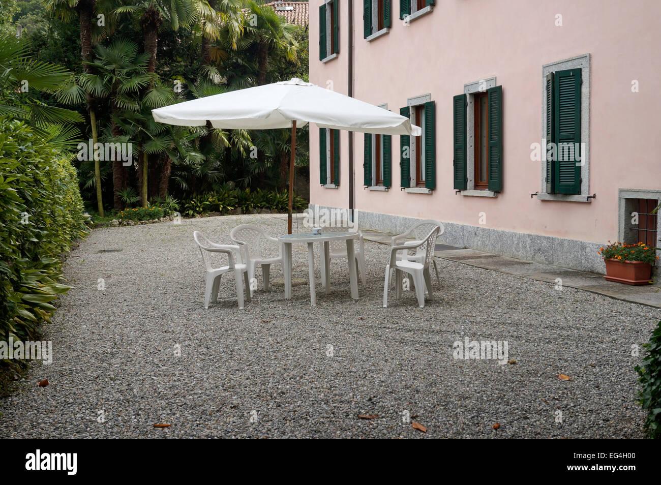 Abgeschiedenen Garten Terrasse Mit Sonnenschirm Tisch Und Stuhlen