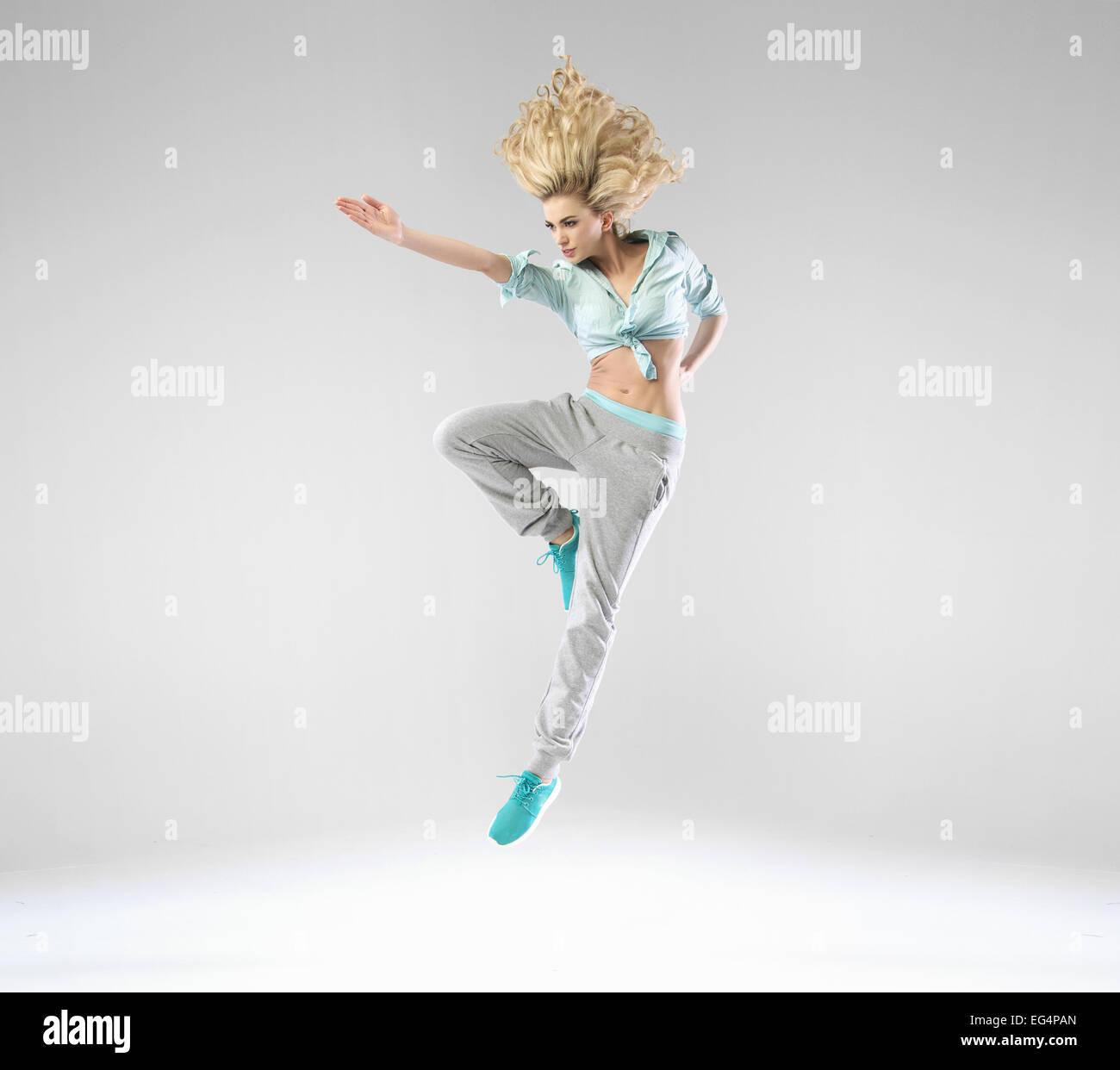 Blonde, fröhliche Dame während des Trainings Stockbild