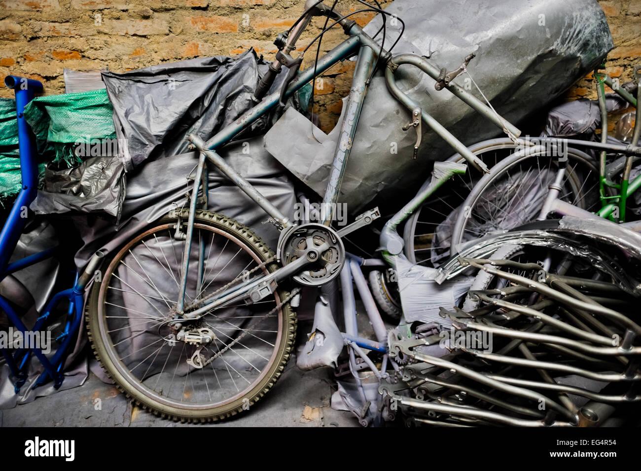 Ein gebrochene altes Fahrrad, zusammen mit Fahrradrahmen, sieht sich ...