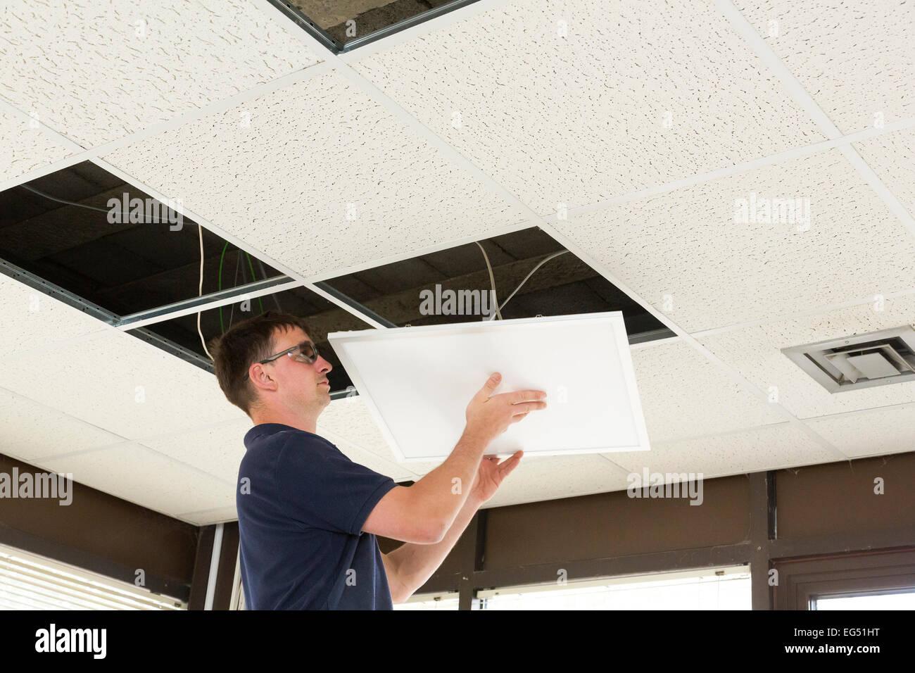 Elektriker, Installation von LED Flachbildschirm Beleuchtung in eine ...