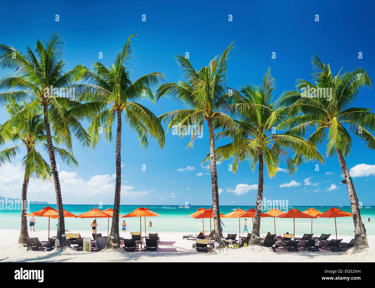 weiße Lounge-Bar liegen und Sonnenschirme auf der tropischen Insel Boracay Philippinen Stockbild