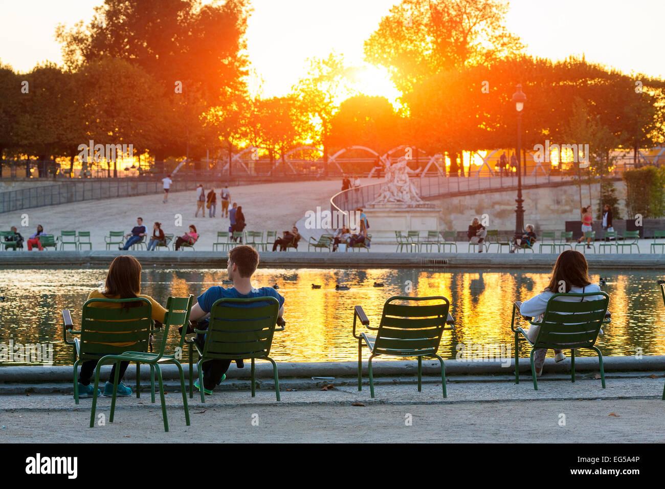 Paris, Menschen entspannen im Jardin des tuileries Stockbild