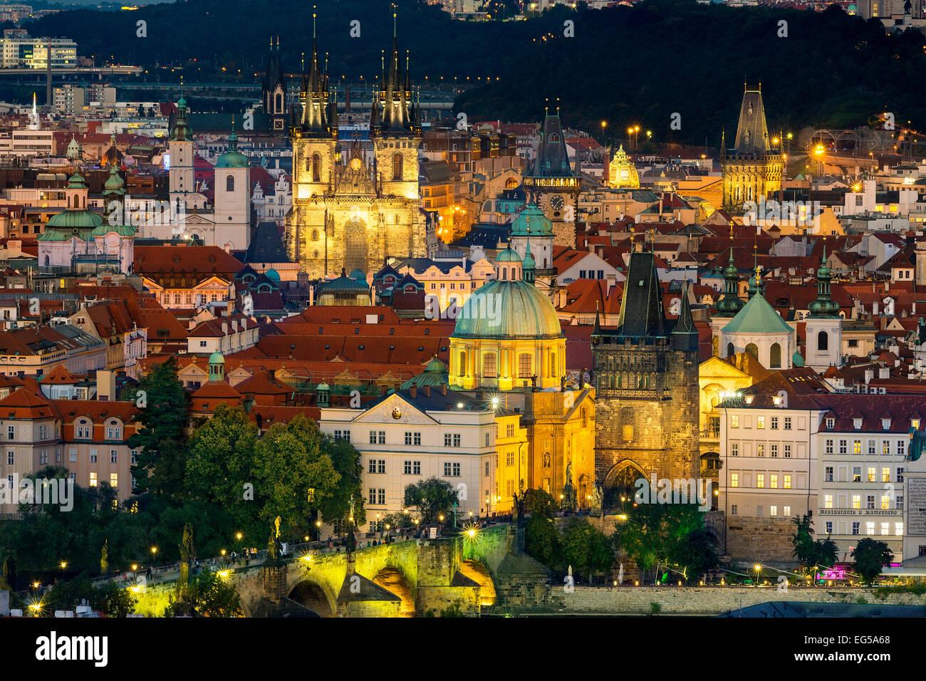 Tschechien, Prag, Stadt Skyline in der Abenddämmerung Stockbild