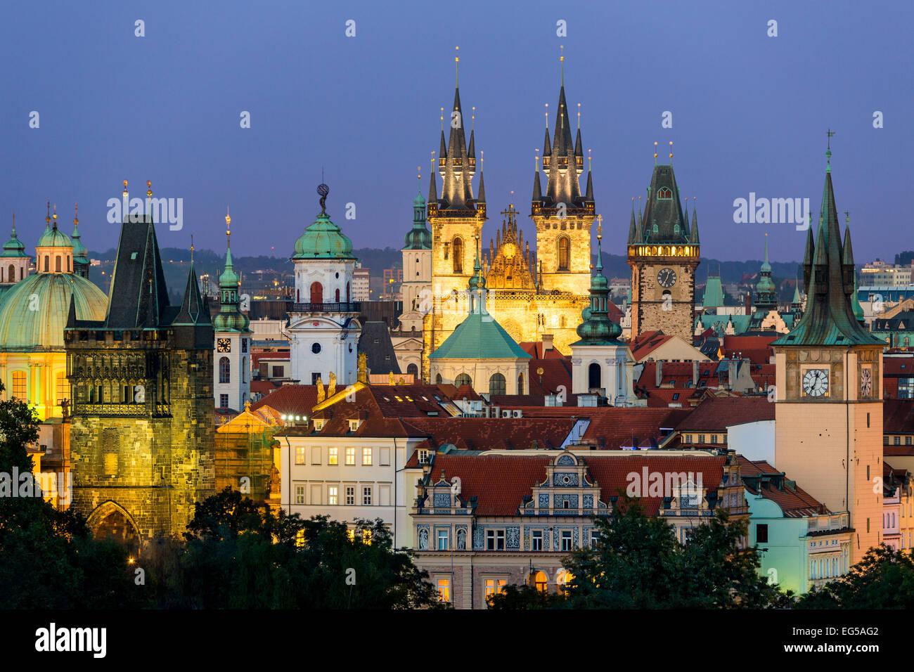 Skyline von Prag in der Abenddämmerung Stockbild