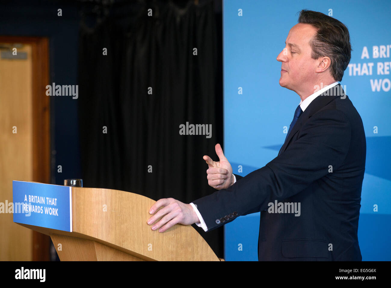 Hove, UK. 17. Februar 2015. Premierminister David Cameron hält eine Rede auf 17.02.2015 bei Blatchington Mill School, Hove. Die PM gesprochen, Wohlfahrtsstaat und Menschen wieder Arbeit Kredit: Julie Edwards/Alamy Live News Stockfoto