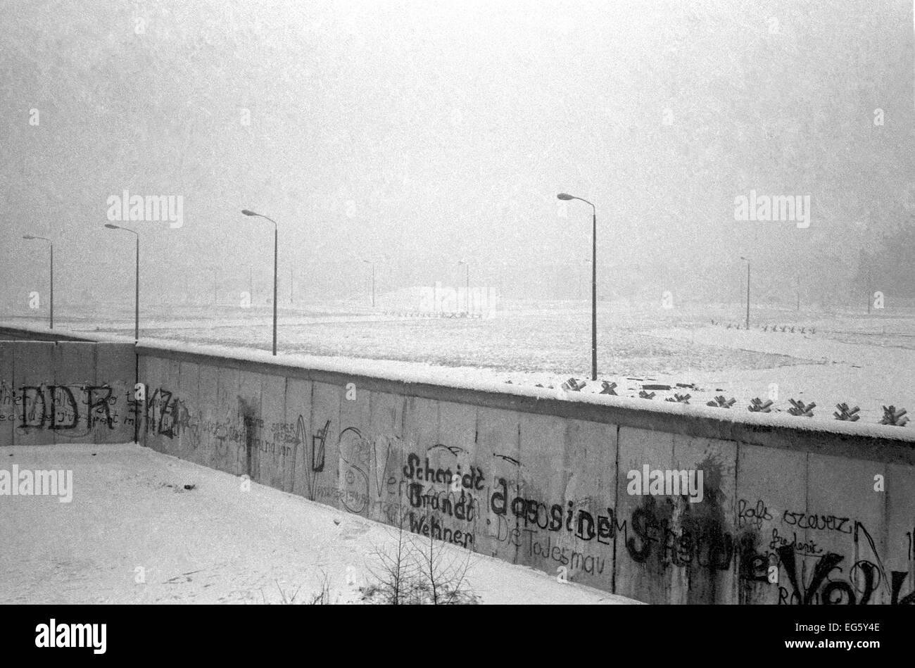 Die Berliner Mauer am Potsdamer Platz auf einem kalten, verschneiten Wintertag. Stockbild