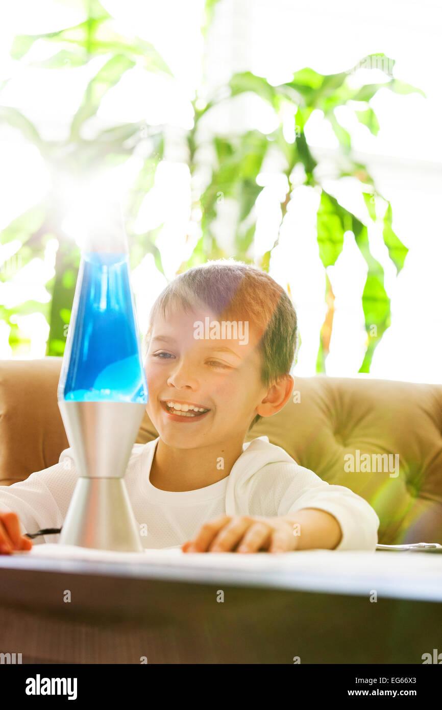 Junge mit Lava-Lampe Stockbild